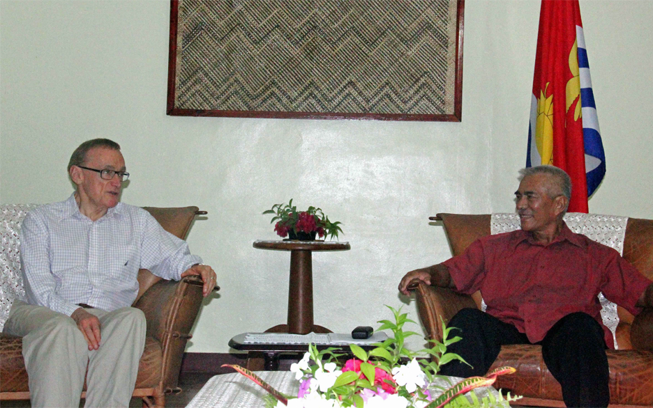 Australian Foreign Minister Bob Carr with His Excellency Anote Tong during his visit to Kiribati. Photo: Rimon/OB