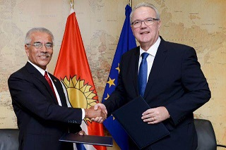 Kiribati President, Anote Tong and EU Commissioner for International Cooperation and Development, Neven Mimica.  Photo credit: EU-Audio Visual Services.